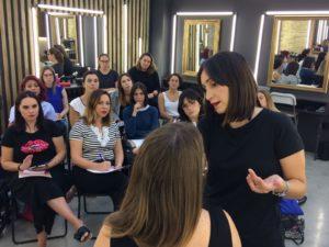 Ana Albiol dando una clase en Letsmakeup Valencia