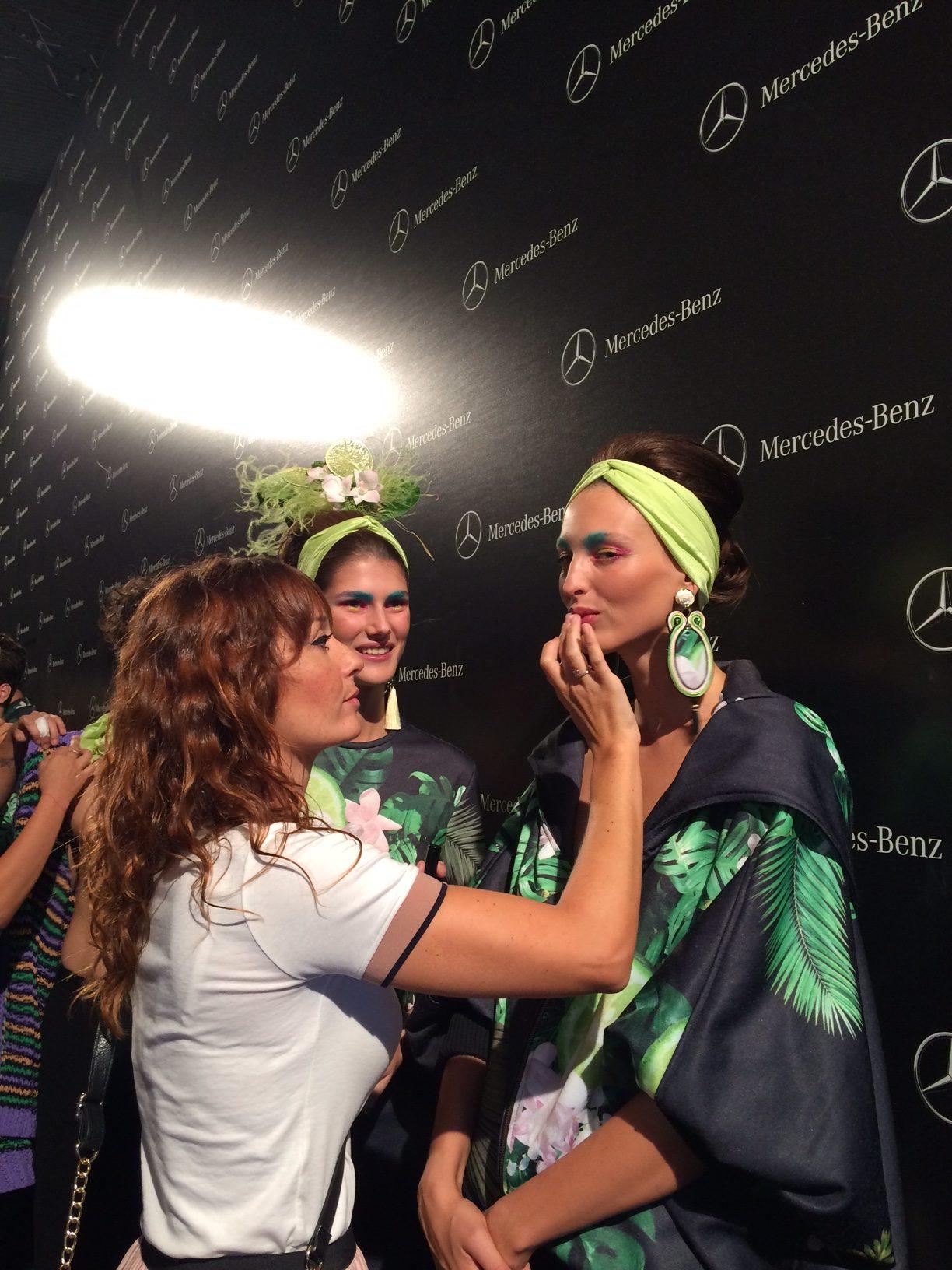 Cristina Martín maquillando en la pasarela Mercedes Fashion Week para Francis Montesinos