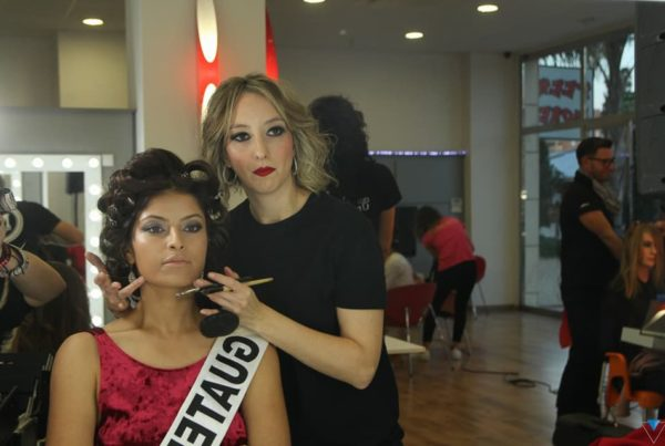 Reyes Verdoy maquillando
